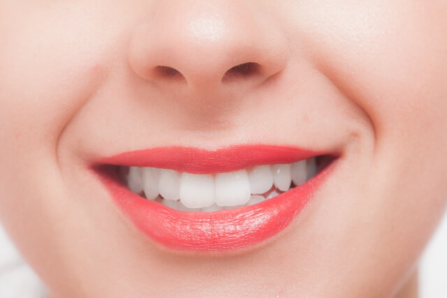 ホワイトニングすると濃い色の口紅が似合うようになることがメリット
